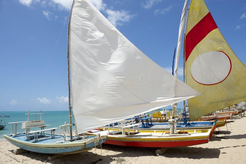 Brasiliansk strand Jangada för traditionella segelbåtar royaltyfria bilder