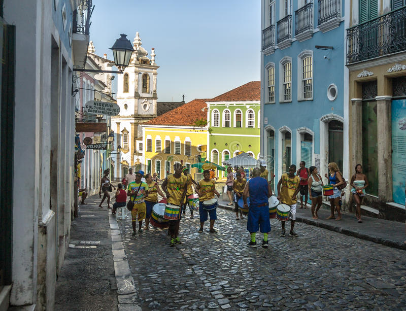 Brasiliansk trummande grupp på gatorna av Pelourinho - Salvador, Bahia, Brasilien arkivfoto