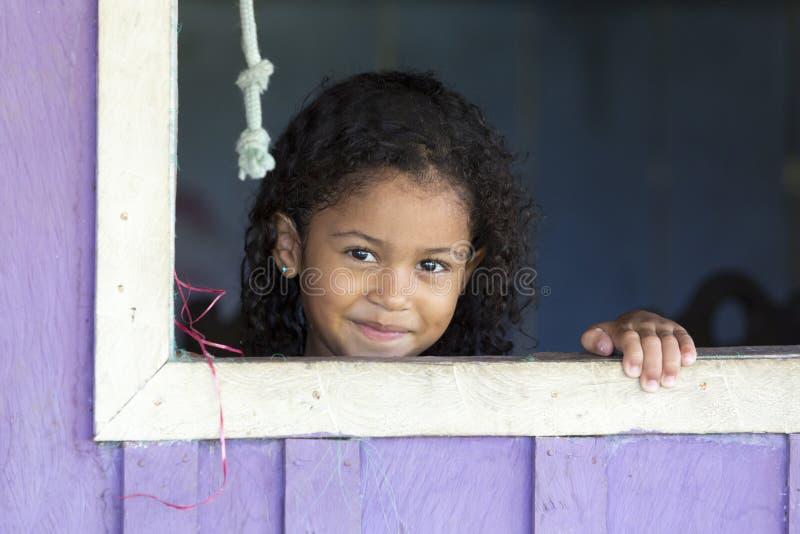 Brasiliansk ung flicka som ler i Manaus, Brasilien arkivbilder