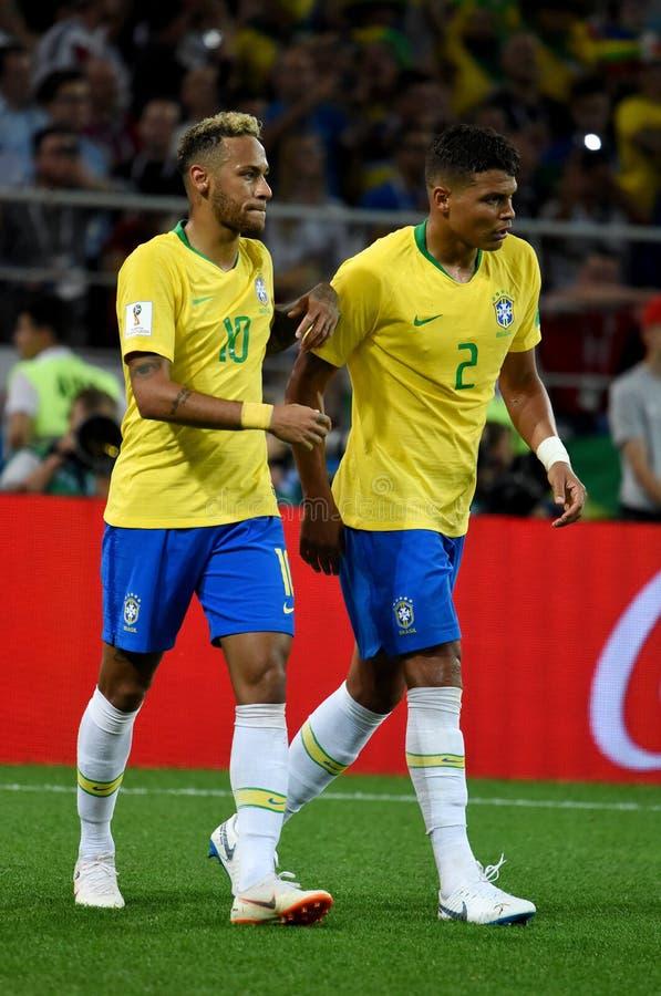 Brasiliansk världsstjärna Neymar och goalscorer Thiago Silva efter royaltyfri foto
