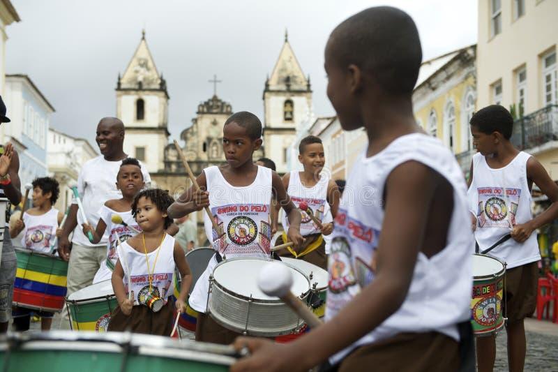 Brasilianska barn som trummar den gruppPelourinho Salvador arkivfoton