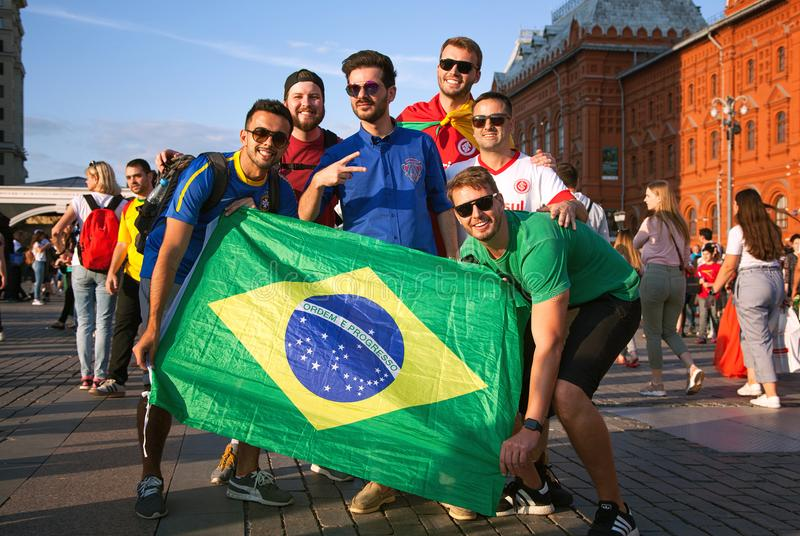 Brasilianska fotbollsfan med flaggan av Brasilien på den röda fyrkanten i Moskva Fotbollvärldscup arkivfoto