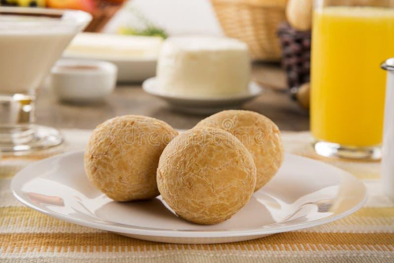 Brasilianska ostbullar Bordlägga kafét i morgonen med ostbröd arkivfoton