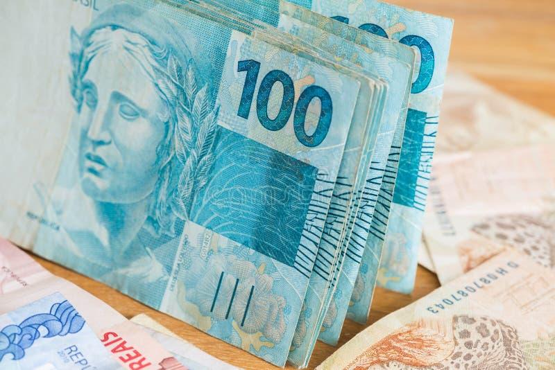 Brasilianska pengar, reais som högt är nominella/begrepp av framgång royaltyfri foto