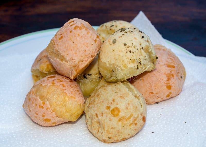 Brasilianskt ostbröd på den vita servetten royaltyfria foton