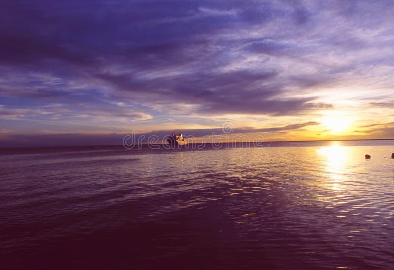 Brasilien: Amazonas-cruiseship på solnedgången nära deltan royaltyfri bild