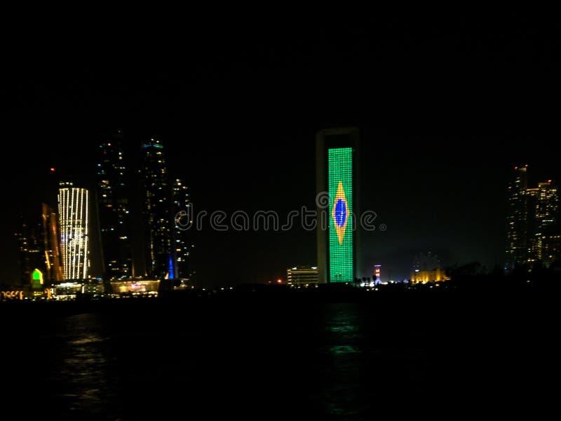 Brasilien durch das Anzeigen der brasilianischen Flagge feiern - Stadt nachts lizenzfreie stockbilder
