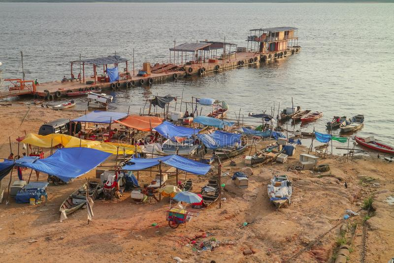 Brasilien-Fähren im Regenwald Amazonas-Gebiet lizenzfreie stockfotos