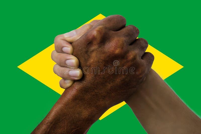Brasilien flagga, integration av en mångkulturell grupp av ungdomar royaltyfri foto