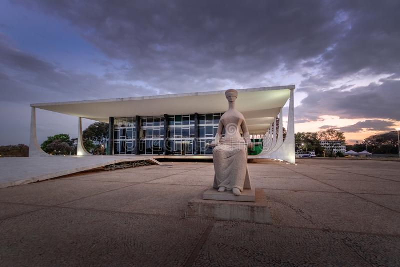 Brasilien högsta domstolen - den federala Supremo domstolen - STF på natten - Brasilia, federala Distrito, Brasilien royaltyfria bilder