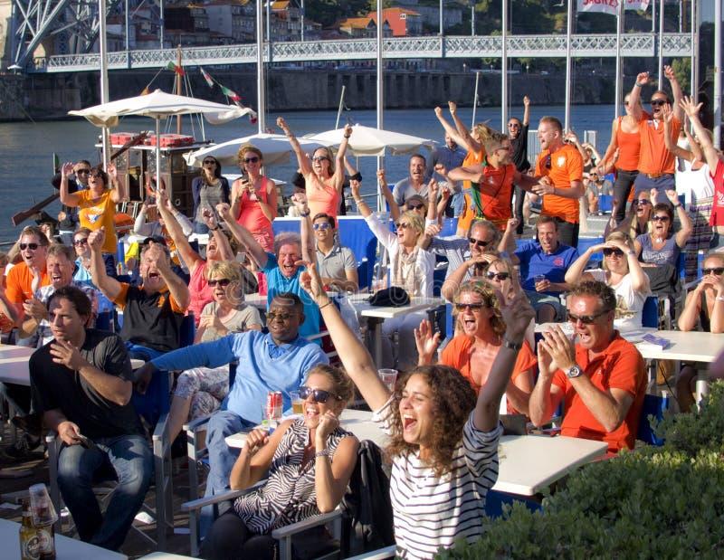 Brasilien Holland Soccer Fans Celebrating 2014 royaltyfri foto