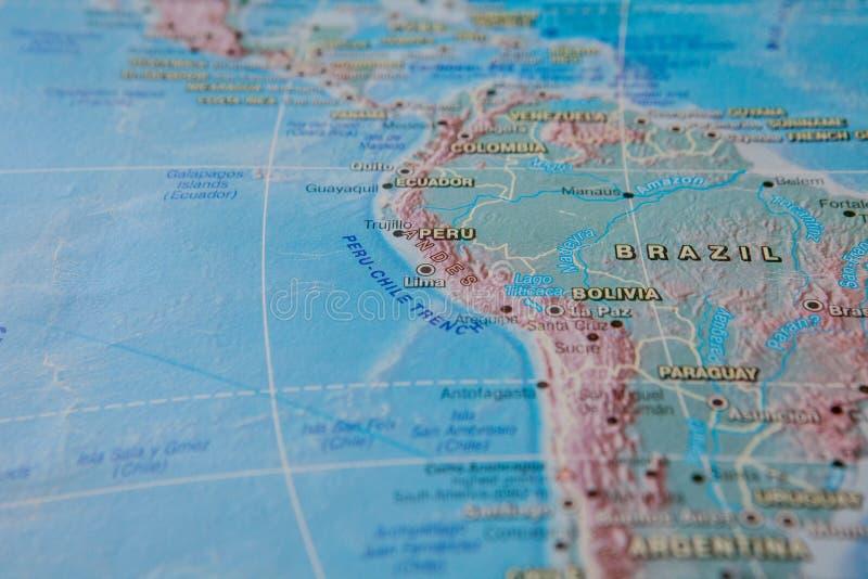 Brasilien och Peru i slut upp på översikten Fokus på namnet av landet Vignettingeffekt arkivbilder