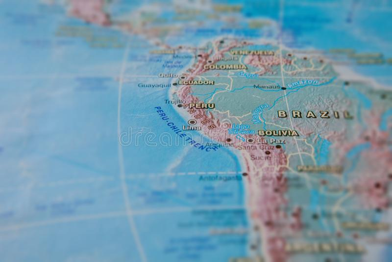 Brasilien och Peru i slut upp p? ?versikten Fokus p? namnet av landet Vignettingeffekt royaltyfria foton