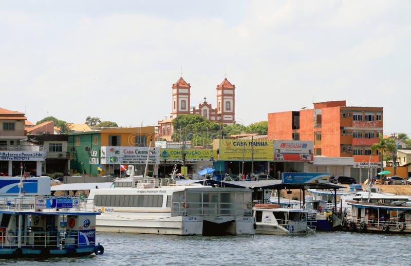 Brasilien, Santarem: Ufergegend - Boote, Shops, Kirche lizenzfreie stockfotos