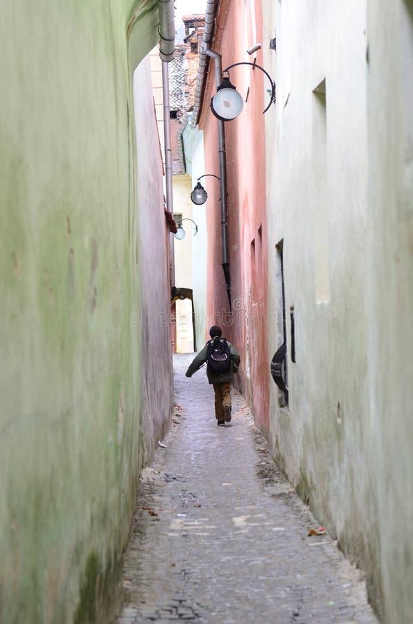 brasov去的孩子绳索学校街道 免版税库存图片