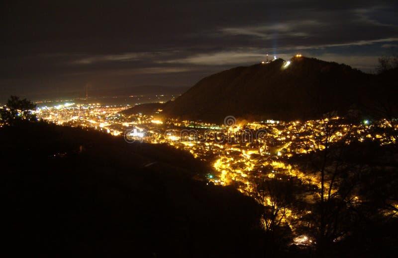 Brasov Überblick nachts lizenzfreie stockbilder