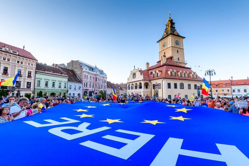 brasov κεντρική πόλη παλαιά Ρου&m Ρουμάνοι διαμαρτύρονται από το εξωτερικό ενάντια στο gover στοκ εικόνα
