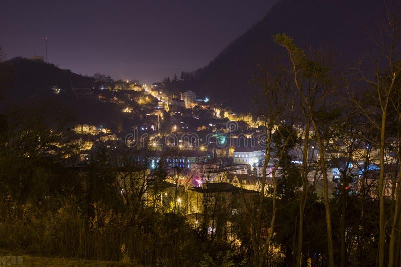 Brasov, взгляд городского пейзажа ночи стоковая фотография