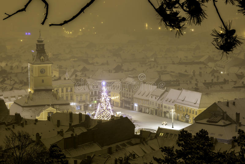 Brasov, Трансильвания, Румыния - 28-ое декабря 2014: Квадрат совету Brasov исторический центр города стоковые изображения