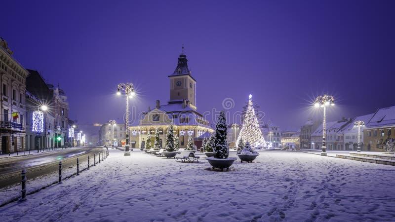 Brasov, Трансильвания, Румыния - 28-ое декабря 2014: Квадрат совету Brasov исторический центр города стоковая фотография rf