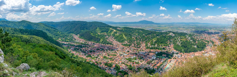 Brasov panorama na pogodnym letnim dniu od Tampa góry w Brasov, Rumunia obraz stock