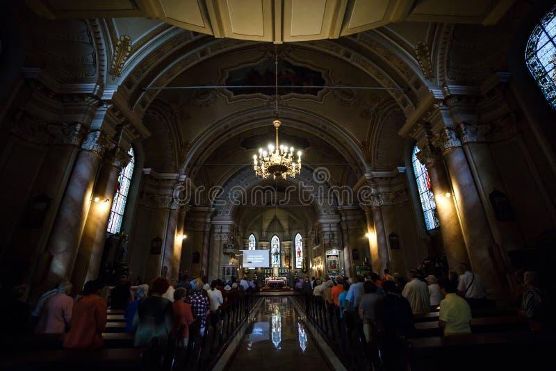 BRASOV, ROEMENIË - JULI 30, 2017: De mensen wonen massa in Roemeense Orthodoxe Kathedraal bij (Catedrala Ortodoxa Sfanta Adormire royalty-vrije stock foto's