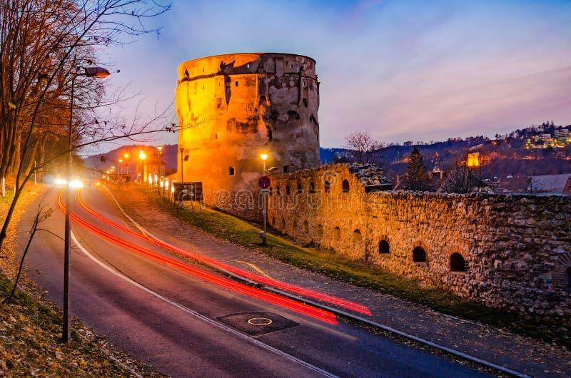 Brasov, Roumanie, la bastion de ` de Drapers : Vue de nuit de Drapers photo libre de droits