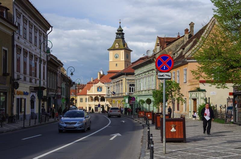 Brasov Rumänien - April 29, 2014: Gata av den gamla staden med staden royaltyfri fotografi