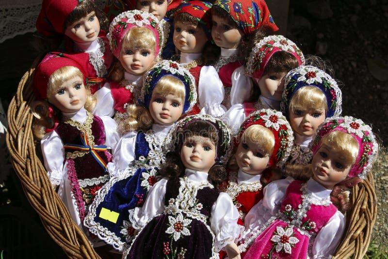 BRASOV, RUMÄNIEN - JULI 28,2018: Traditionelle Porzellanpuppen für Verkauf in einem Andenkenspeicher im Kleiedorf, Rumänien stockfotografie