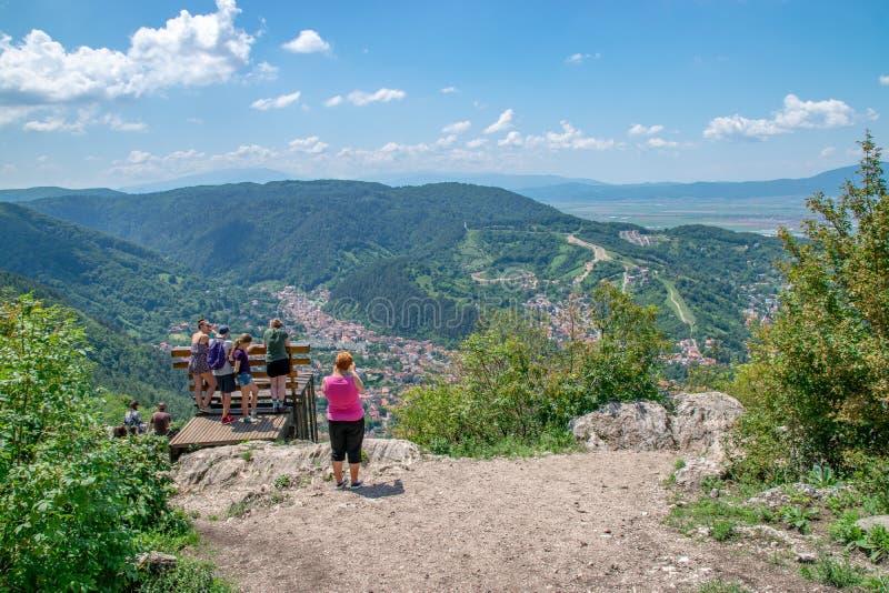 BRASOV, RUMÄNIEN - 19. JUNI 2018: Leute, die Foto machen und die Ansicht über Tampa-Berg in Brasov, Rumänien bewundern stockfotografie