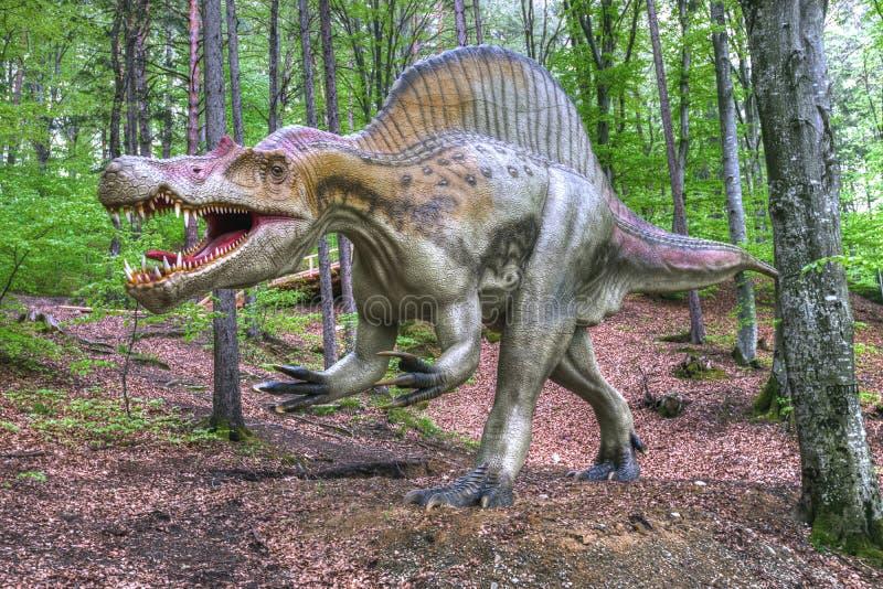 BRASOV, RUMÄNIEN - JUNI 2015: Wirklich-groß Dinosaurier bei Rasnov Dino lizenzfreie stockbilder