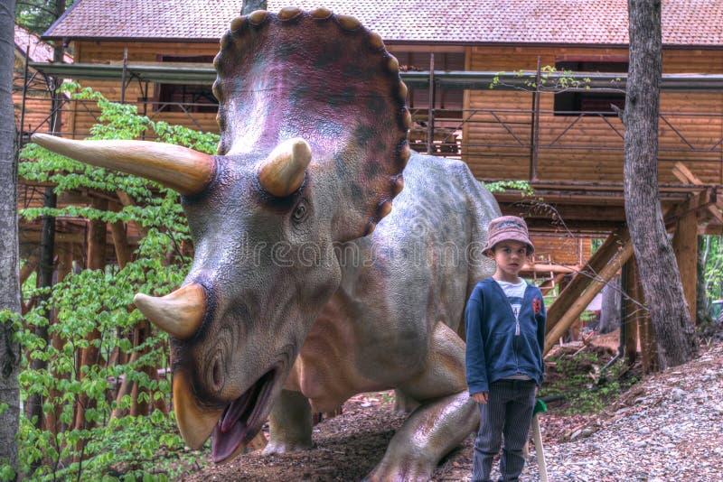 BRASOV, RUMÄNIEN - JUNI 2015: Wirklich-groß Dinosaurier bei Rasnov Dino lizenzfreie stockfotografie