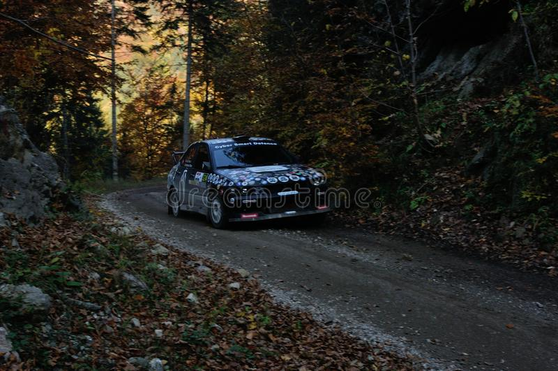 Brasov/Rumania - 10/19/2019: Tess Rally 48 - Adrian Iliescu y su Mitsubishi Lancer Evo en PS8 - Glejerie imagen de archivo libre de regalías