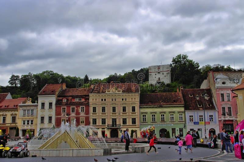 BRASOV RUMUNIA, CZERWIEC, - 18, 2014: Turyści odwiedzają starego miasteczko Brasov na CZERWU 18 Miasteczko jest 7th ludnym miaste obraz stock