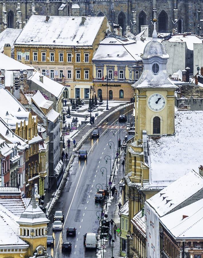 Brasov, Siebenbürgen, Rumänien - 28. Dezember 2014: Eine Ansicht von einer der Hauptstraßen in im Stadtzentrum gelegenem Brasov m stockfoto