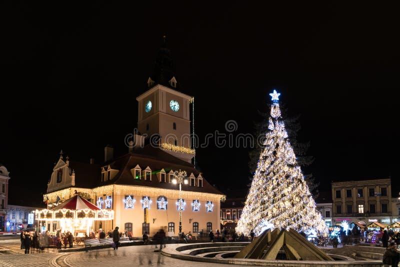Brasov-Stad de van de binnenstad bij Nacht met Kerstboom stock afbeelding