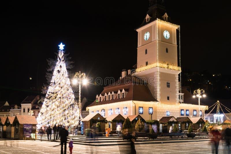 Brasov-Stad de van de binnenstad bij Nacht met Kerstboom stock fotografie