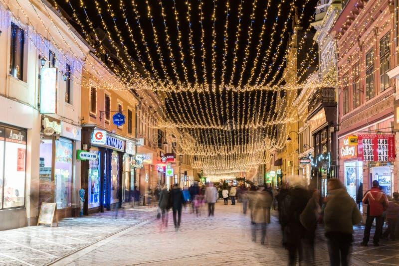 Brasov-Stad de van de binnenstad bij Nacht met Kerstmisdecoratie stock afbeeldingen