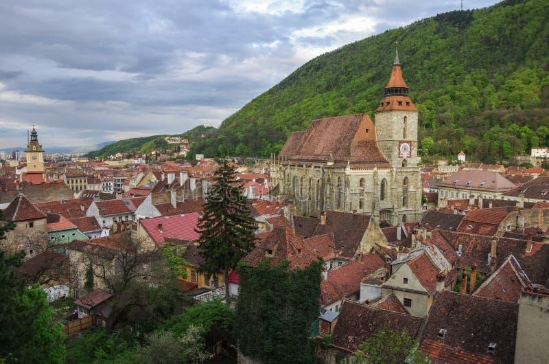 Brasov-Stadtbild mit schwarzer Kathedrale und Berg auf backround lizenzfreies stockfoto
