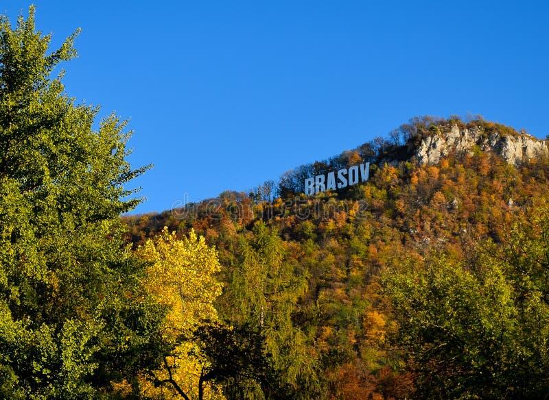 Brasov-Text auf dem Tampa-Berg im Herbst Laubansicht stockfoto