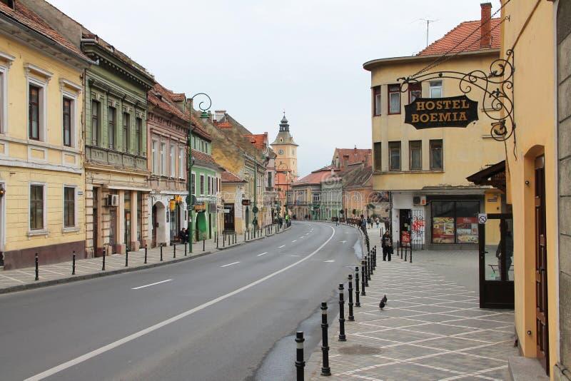 Brasov a Transilvânia - opinião histórica da rua do centro da cidade foto de stock royalty free