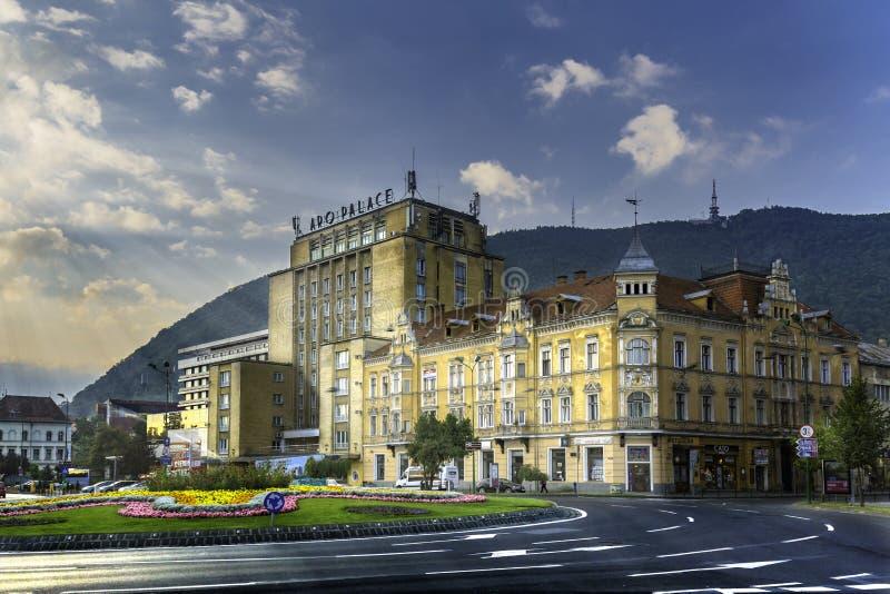 Brasov, Transilvania, Rumania - 28 de julio de 2015: Una vista a una de las calles principales en Brasov céntrico con los edifici imagen de archivo libre de regalías