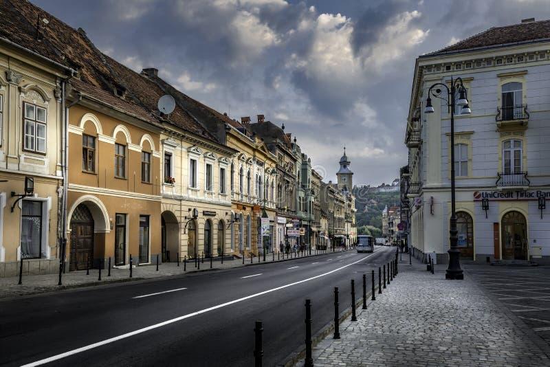 Brasov, Transsylvanië, Roemenië - Juli 28, 2015: Een mening van één van de hoofdstraten in Brasov van de binnenstad stock foto's
