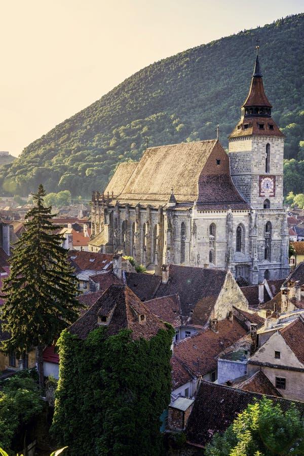 Brasov, Transsylvanië, Roemenië - Juli 28, 2015: Een mening van de middeleeuwse Zwarte Kerk van één van de oude torens die de sta stock afbeeldingen