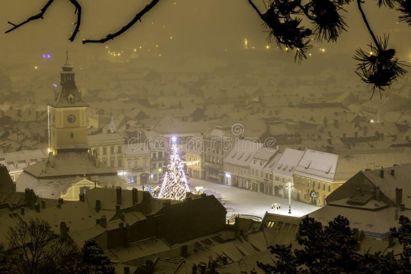 Brasov Transylvania, Rumänien - December 28, 2014: Den Brasov rådfyrkanten är den historiska mitten av staden arkivbilder
