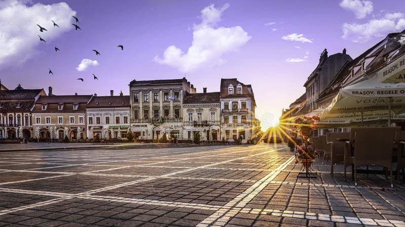 Brasov, Transylvania Rumunia, Lipiec, - 28, 2015: Widok jeden główne ulicy w w centrum Brasov obrazy royalty free