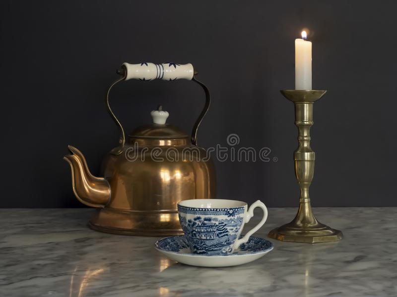 Brass Kettle and Candlelight and China Cup on Marble table Black Background royalty-vrije stock foto