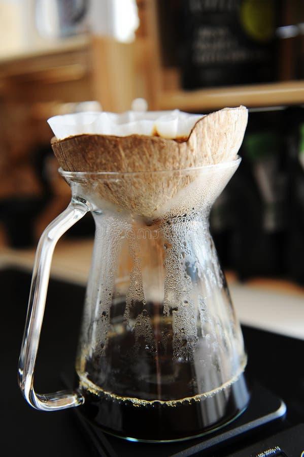 Brassage alternatif de café de noix de coco de coquille d'égouttement créatif peu commun de pourover image stock