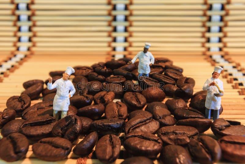 Brassage de grains de café photo libre de droits