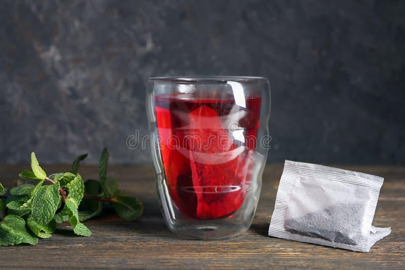 Brassage du thé chaud dans la tasse en verre sur la table photos stock